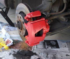 Retirando a piça de freio do carro
