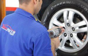 Mecânico da MixAuto arrumando o pneu do carro