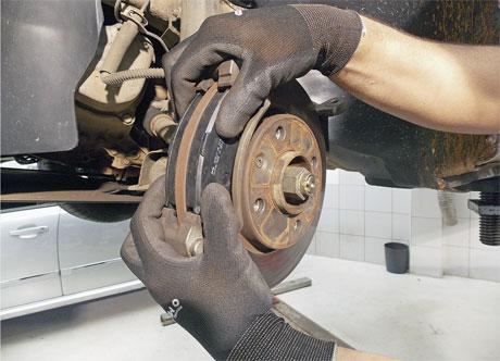 Mecânico substituindo as pastilhas de freio do carro