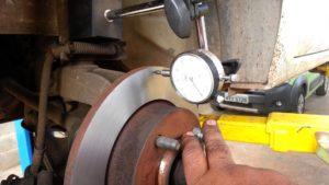Mecânico arrumando o disco de frenagem