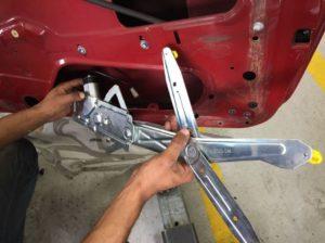 Encaixando as máquinas elétricas do Kit de Vidro Elétrico Celta 02 Portas