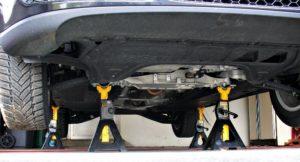 Carro suspenso durante manutenção