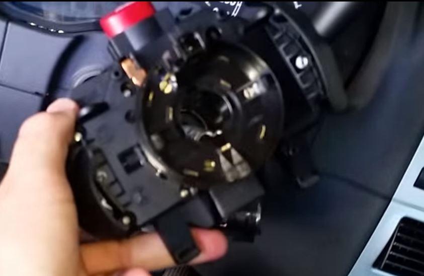 Após ligar os conectores, colocar a chave de volta na coluna