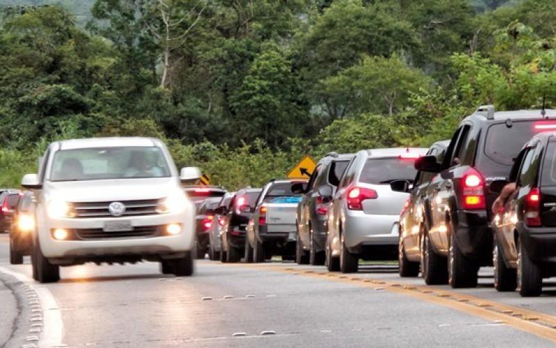 Farol acesso em rodovias, mesmo de dia