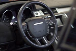 O volante do Evoque possui diversos botões que controlam a multimídia