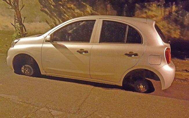 Carro com rodas roubadas
