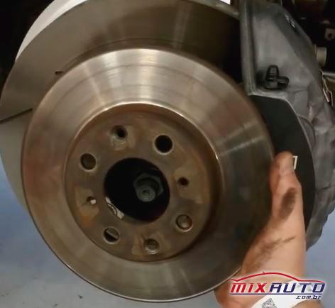 Comparação entre disco de freio comum e disco de freio Porsche Panamera