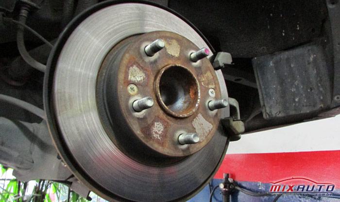 Disco de freio gasto em manutenção na MixAuto