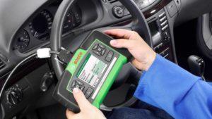 Imagem de um Scanner automotivo conectado ao carro