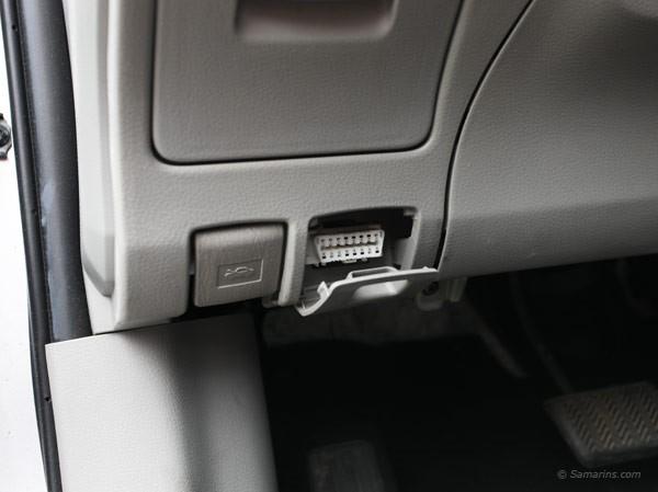 imagem de uma tomara de OBD em um carro