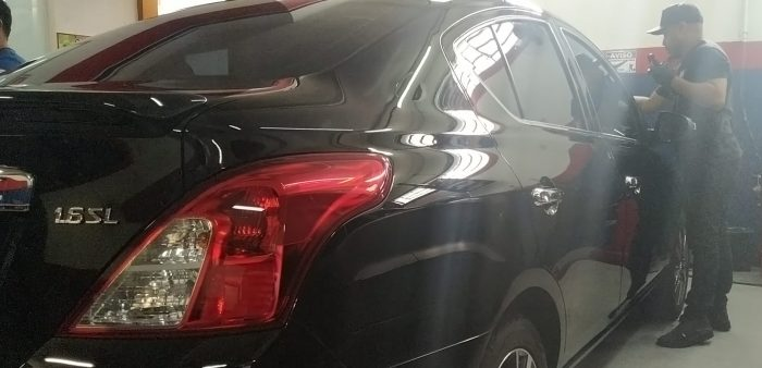 vitrificação automotiva em carro sedã preto