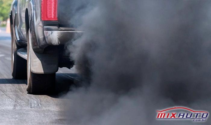 Picape emitindo fumaça preta em níveis muito acima dos aceitos em uma Inspeção Veicular