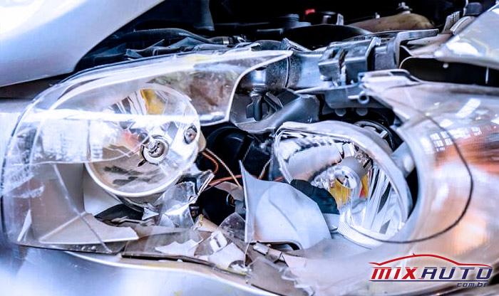 Farol e lâmpadas do carro completamente quebrados, ao contrário do exigido durante Inspeção Veicular