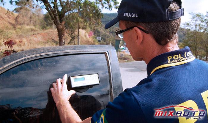 Grau de transparência permitido por Lei sendo verificado por policial brasileiro com equipamento adequado