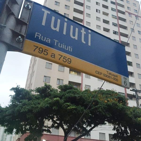 placa rua tuiuti no tatuapé na cidade de são paulo