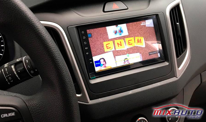 Foto da visão do painel com a Central Multimídia do Hyundai Creta