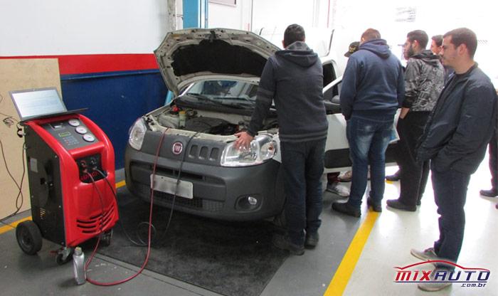 Demonstração prática da carga de gás correta durante treinamento na MixAuto Center Tatuapé