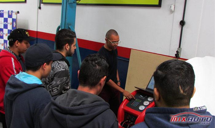 Demonstração prática do uso correto e funcionamento da máquina recicladora de ar condicionado automotivo durante treinamento na MixAuto Center Tatuapé