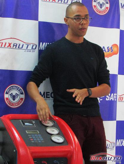 O Técnico em Manutenção Automotiva, Abílio Martinho, durante treinamento na MixAuto Center Tatuapé