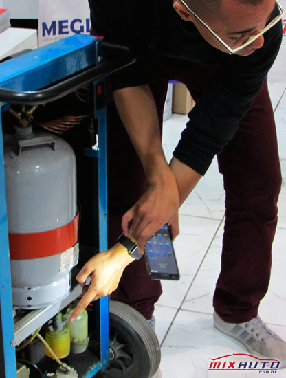 Abílio Martinho especifica o funcionamento de cada peça da máquina recicladora de ar condicionado automotivo