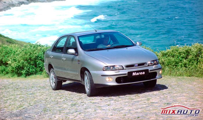 Divulgação do Fiat Marea no topo de uma colina praiana com mar de fundo