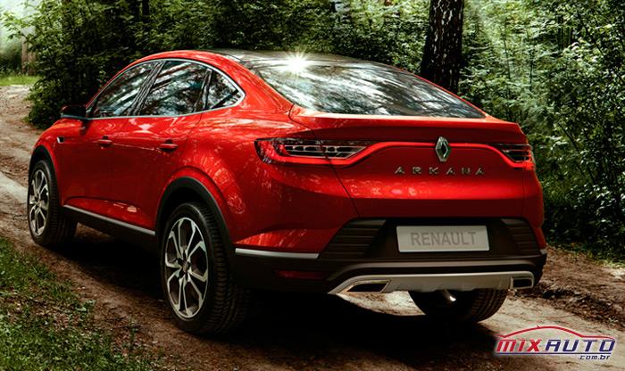 Renault Arkana em movimento por estrada de terra