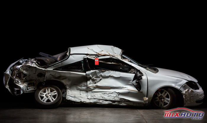 Carro da Chevrolet amassado após acidente