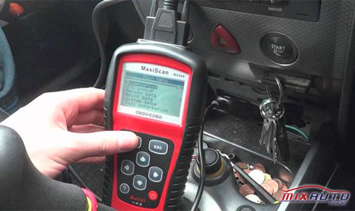 Scanner automotivo utilizado em diagnóstico via OBD