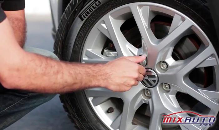 Parafuso Antifurto sendo instalado em roda de Volkswagen similar ao Nivus