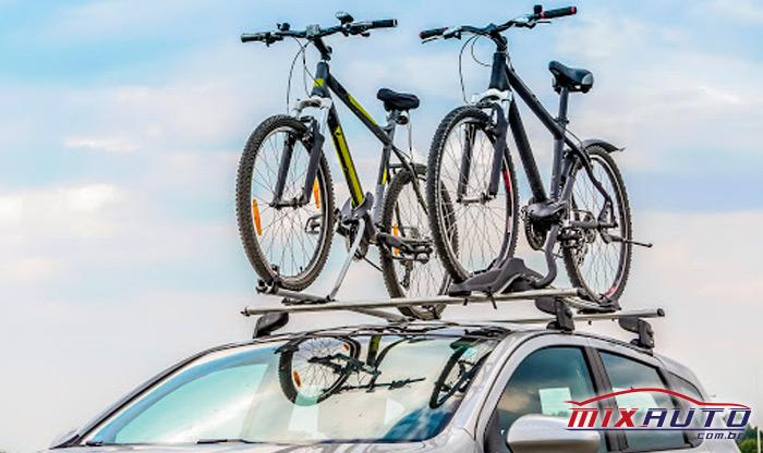 Rack de Teto do carro com duas bicicletas presas