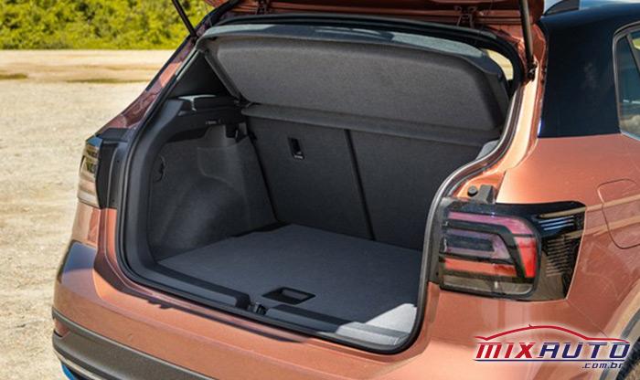Visão traseira do porta-malas do Volkswagen T-Cross aberto