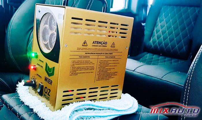 Gerador de ozônio ligado no interior do carro demonstra o processo correto de oxisanitização