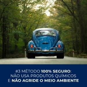 Fusca azul em pacífica estrada arborizada