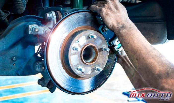 Imagem de um carro realizando a manutenção preventiva automotiva dos freios