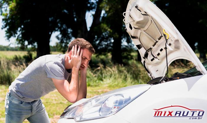 Imagem de um homem apoiado no carro com dúvidas do que é a manutenção preventiva automotiva