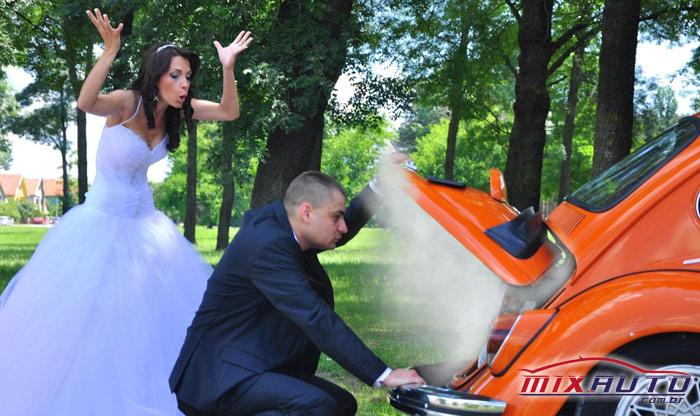 Foto de noivos após o casamento com o carro quebrado sem realizar a manutenção preventiva automotiva