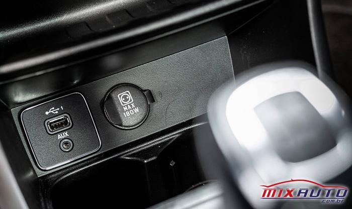 Imagem do conector USB da nova Fiat Strada 2021