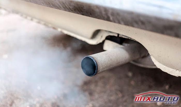 Escapamento traseiro de um carro comum exalando fumaça