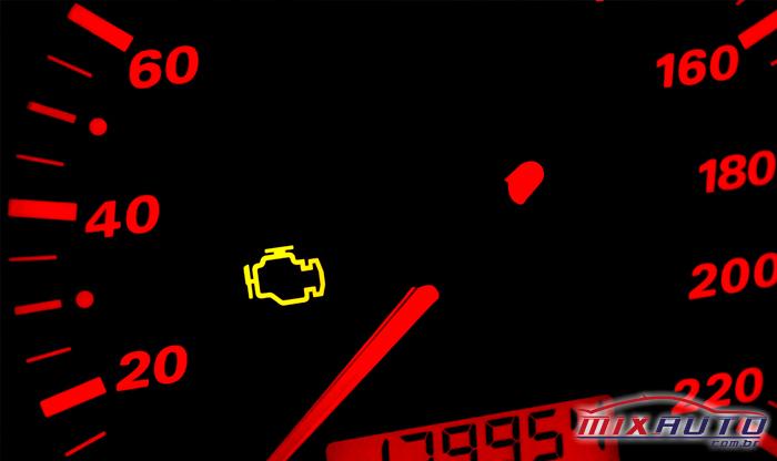 Close em painel automotivo mostrando luz de injeção acessa