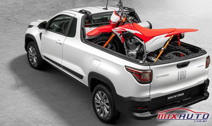 Imagem da nova Fiat Strada 2021 com uma moto no capô