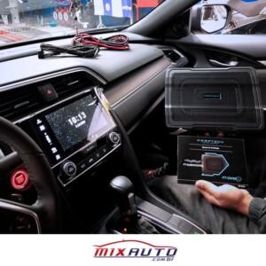 Instalador Mix Auto mostrando subwoofer FT-Sw68 antes da instalação no interior de um Honda Civic