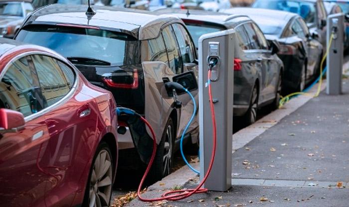 Carros Elétricos recarregando estacionados na rua