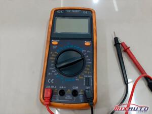 Multímetro usado na instalação do alarme automotivo