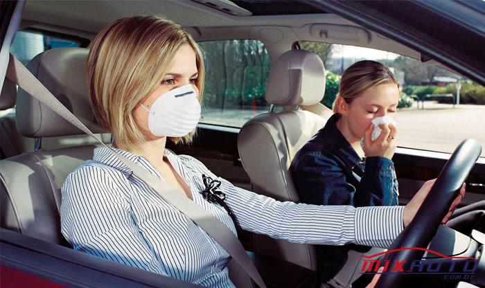 Mulheres com máscaras de higiene representam doenças respiratórias causadas ou não pelo ar-condicionado automotivo