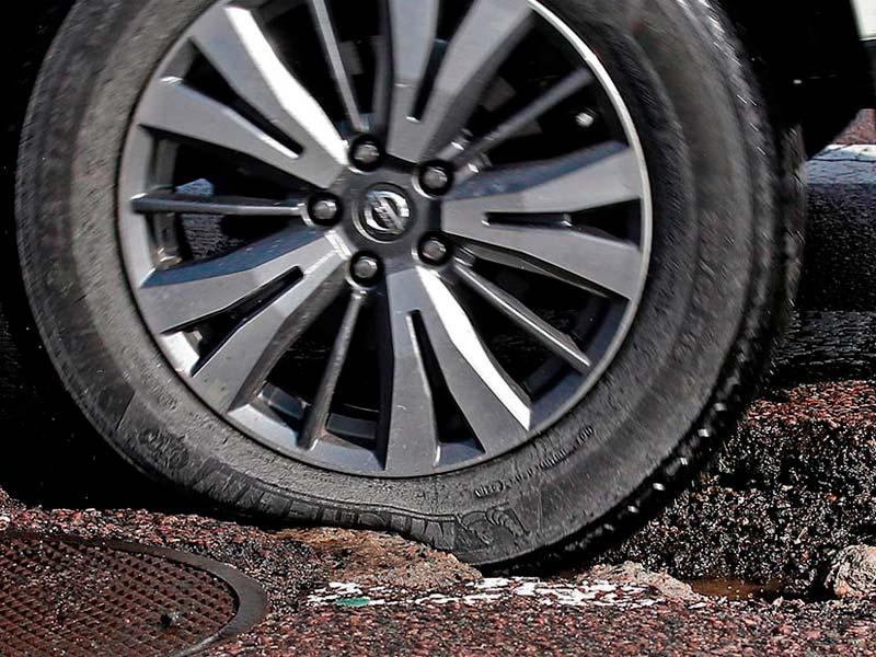 Buraco na rua: 6 problemas causados e como solicitar indenização da prefeitura