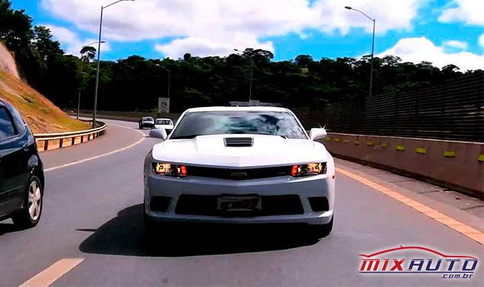 Camaro Branco na estrada
