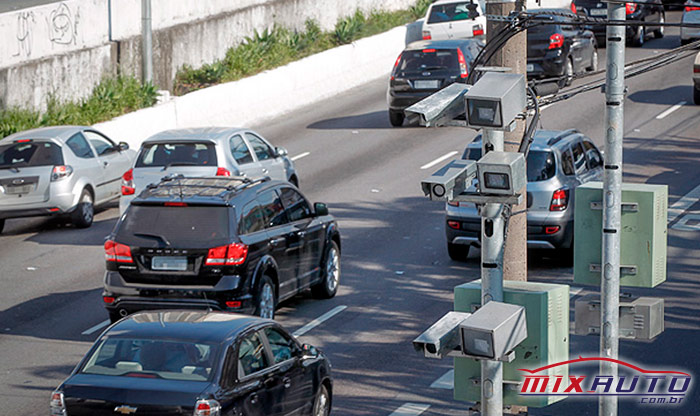 Trânsito em SP com carros e Radar