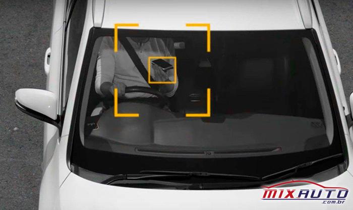 Homem usando o celular dentro do carro e sendo flagrado pela câmera do radar
