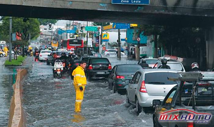 Avenida Alcântara Machado com trânsito intenso devido ao alagamento