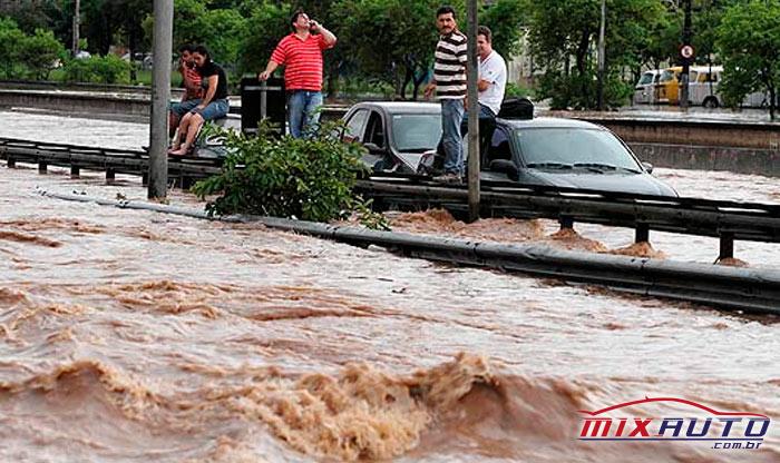 Alagamento na Avenida Aricanduva com carros submersos e pessoas pedindo ajuda